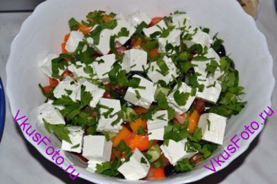 Сыр нарезать кубиками и разложить поверх салата. Украсить нарезанной петрушкой.