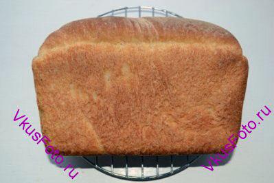 Хлеб выпекать в духовке 50-60 минут при температуре 180 градусов.