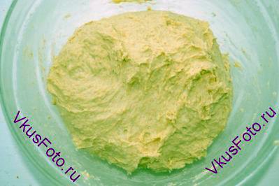 Тесто должно быть эластичным и мягким. Возможно понадобится чуть больше или чуть меньше воды. Месить тесто около 15 минут.