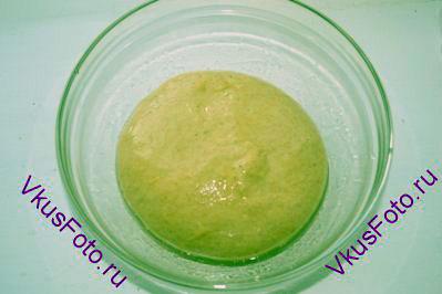 Тесто со всех сторон смазать маслом и переложить в миску.