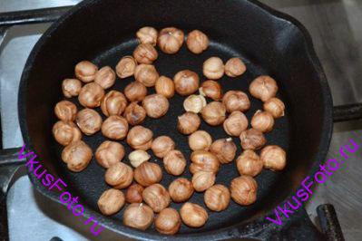 Орехи подсушить на сковороде.