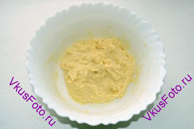 Постепенно добавить оставшуюся муку, изюм и замесить тесто. Тесто поставить в теплое место на 1 час.
