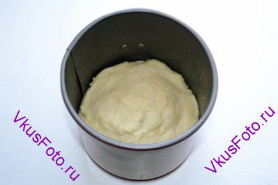 Форму для кулича смазать маслом и заполнить тестом на 1/3 высоты.