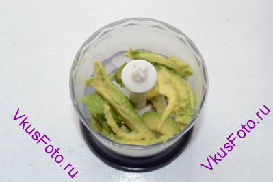 Авокадо очистить и удалить косточку. Разрезать на части и положить в блендер.
