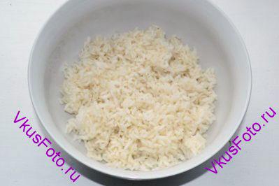 Горячий рис выложить в блюдо.