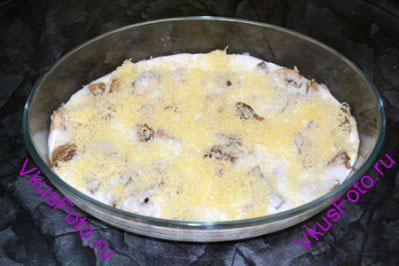 Посыпать грибы сыром.