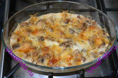 Запекать в духовке 20 минут при температуре 200 градусов, пока сыр не станет золотистым.