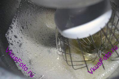 Тщательно отделить белки от желтков. Поместить белки в обезжиренную посуду. Если в белки попадет капля желтка или жира, то они не взобьются. Начать взбивать белки на средней скорости, пока не появится пена.
