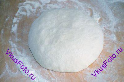 <a href=http://www.vkusfoto.ru/raznoe/kak_sformirovat_shar_iz_testa/116.html>Сформировать шар из теста</a> и дать отдохнуть 5-10 минут.
