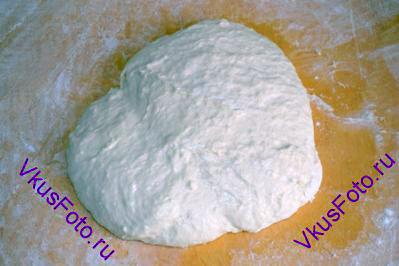 Выложить тесто на доску (без муки) и месить тесто в течении 10-15 минут, пока оно не станет эластичным. Тесто будет мягкое и в свободном состоянии будет немного растекаться.