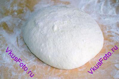 Присыпать доску мукой и <a href=http://www.vkusfoto.ru/raznoe/kak_sformirovat_shar_iz_testa/116.html>сформировать шар из теста</a>. Переложить тесто в миску и поставить в теплое место на 1-1,5 часа.