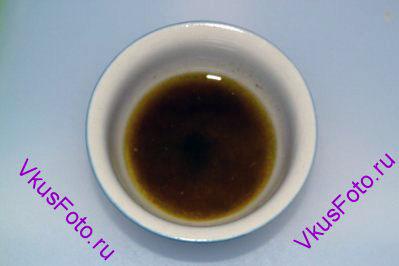 Приготовить маринад из оливкового масла, кумина, уксуса, соли и перца.