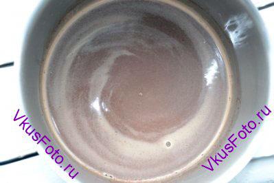 Залить шоколад молоком и поставить на средний огонь. Помешивать пока шоколад полностью не растворится.