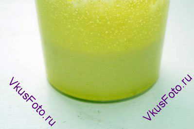 Желтки взбить с сахаром до белого состояния.