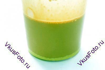 В желтки влить 1 половник горячего шоколадного молока и быстро взбить, не давая желткам свернуться. Этот процесс называется темперирование.
