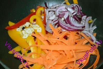 В воке разогреть масло и положить все овощи. Приправить солью и перцем.