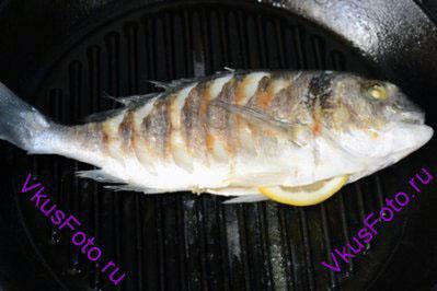 Рыбу перевернуть и жарить с другой стороны 10 минут.