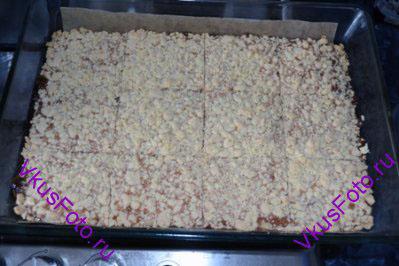 Вынуть форму из духовки. Дать постоять 5 минут и нарезать печенье квадратами.
