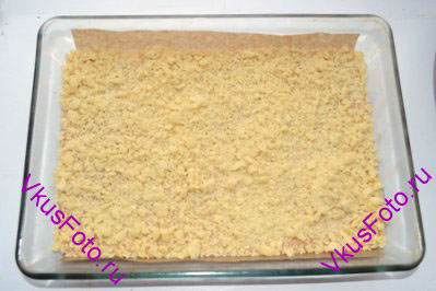 Посыпать крошкой верх печенья.