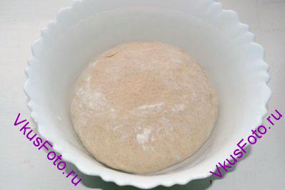 Переложить тесто в миску и поставить в теплое место для подъема.