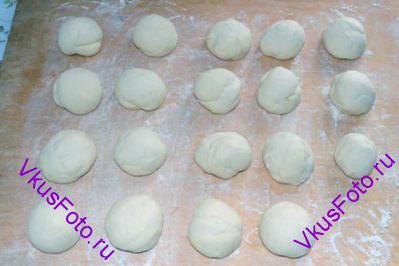 Тесто разделить на равные части по 55 г и скатать из них шарики. Дать тесту отдохнуть 10 минут.
