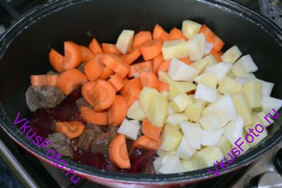 Добавить картофель и морковь и продолжать тушить еще 15-20 минут, пока овощи не будут готовы.