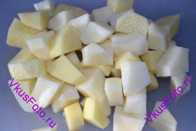 Картофель порезать брусками, так же как и свеклу.
