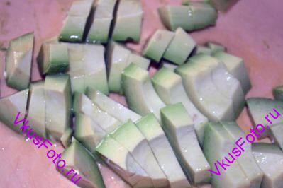 Авокадо разрезать на 2 части, удалить косточку и очистить от кожуры. Порезать на ломтики и сбрызнуть соком лимона, чтобы не потемнели.