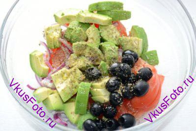 В салатник положить помидоры, авокадо, лук, маслины. Сбрызнуть оливковым маслом, уксусом. Оставить на 5 минут.