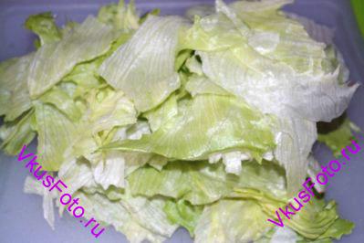 Листья салата разорвать на средние кусочки.