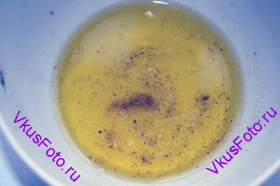 Для заправки смешать сок лимона, оливковое масло, соль и перец.