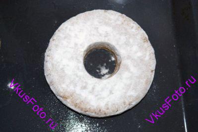 Переложить лепешки на смазанный маслом противень и вырезать в центре отверстие.