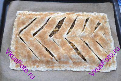 Поверхность пирога смазать взбитым яйцом и посыпать сахаром с корицей.
