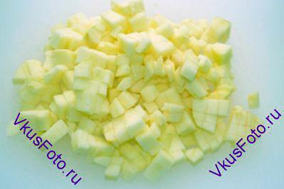 Яблоко очистить от кожицы и семян, нарезать кубиками 0,5-0,7 см.