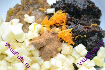 К изюму и черносливу добавить яблоко, цедру апельсина, 1 ч.л. корицы. Перемешать.