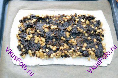 Положить тесто на противень с пекарской бумагой. Выложить начинку, не доходя до краев 2-2,5 см.