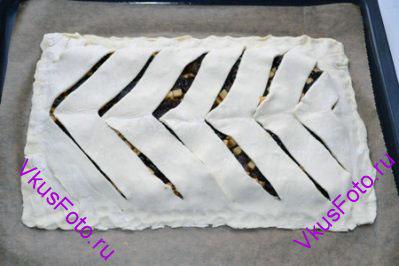 Накрыть пирог вторым пластом теста и крепко защипать края.