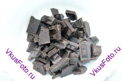 Пока бисквит готовится и остывает, приготовить ганаш. Для этого разломать шоколад на кусочки.