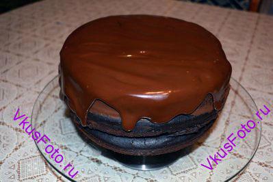 Нагреть оставшийся ганаш на водяной бане и покрыть верх торта.