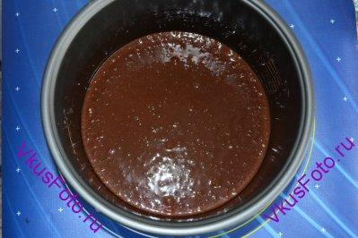 Смазать форму маслом и вылить тесто.
