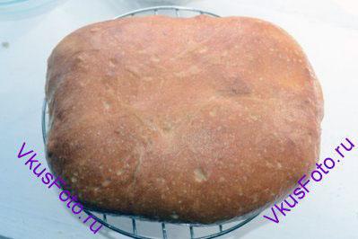 Разогреть духовку до 250 градусов.  Поставить хлеб в духовку и сразу же снизить температуру до 230 градусов и выпекать 10 минут. Снова снизить температуру до 200 градусов и выпекать 30 минут.