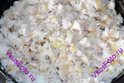 Для начинки перемешать лук, рис и обжаренный лук.