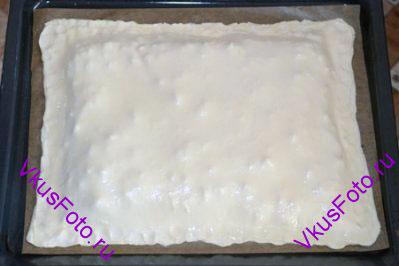 Раскатать вторую половину теста и накрыть пирог. Края защипать.  Верх пирога смазать растительным маслом и в нескольких местах проткнуть вилкой.