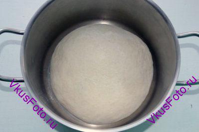 Выложить тесто на доску с мукой и <a href=http://www.vkusfoto.ru/raznoe/kak_sformirovat_shar_iz_testa/116.html>сформировать шар</a>.