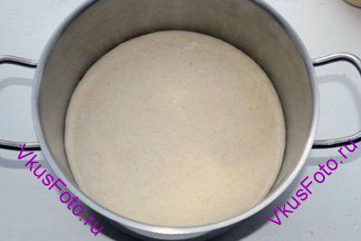 Поставить тесто в теплое место на 3-4 часа или пока не увеличится в два раза.