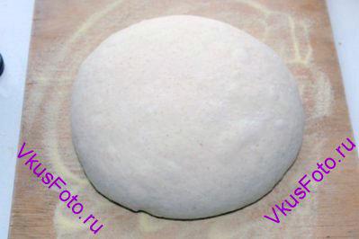 Выложить тесто на доску, разделить на 2 части. Из каждой части <a href=http://www.vkusfoto.ru/raznoe/kak_sformirovat_shar_iz_testa/116.html>сформировать шар</a>.