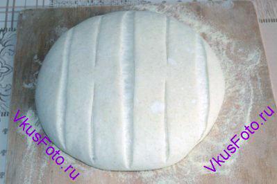 Поставить заготовки в теплое место на 2-3 часа. Когда хлеб увеличится, сделать надрезы.