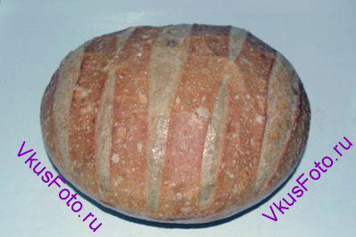 Разогреть духовку до 250 градусов. Поставить хлеб в духовку и сразу же уменьшить температуру до 230 градусов. Выпекать при этой температуре 10 минут. Затем уменьшить температуру до 190 градусов и выпекать еще около 50 минут.