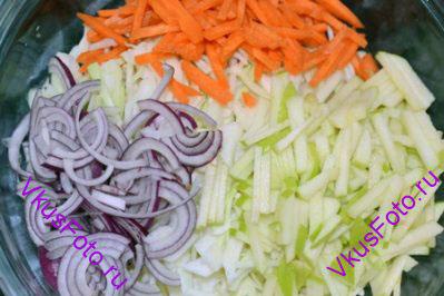 Положить все овощи в салатник.