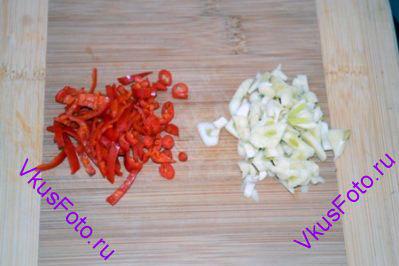 Перец Чили и чеснок мелко нарезать.